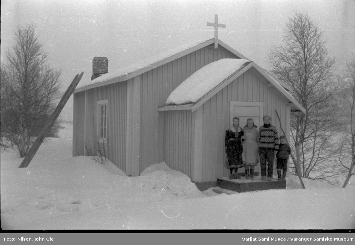 Nuvvus kapell i Utsjok kommune i Finland. Fire personer står på trappa. Kvinnen til venstre er Signe Nilsen. 1966.