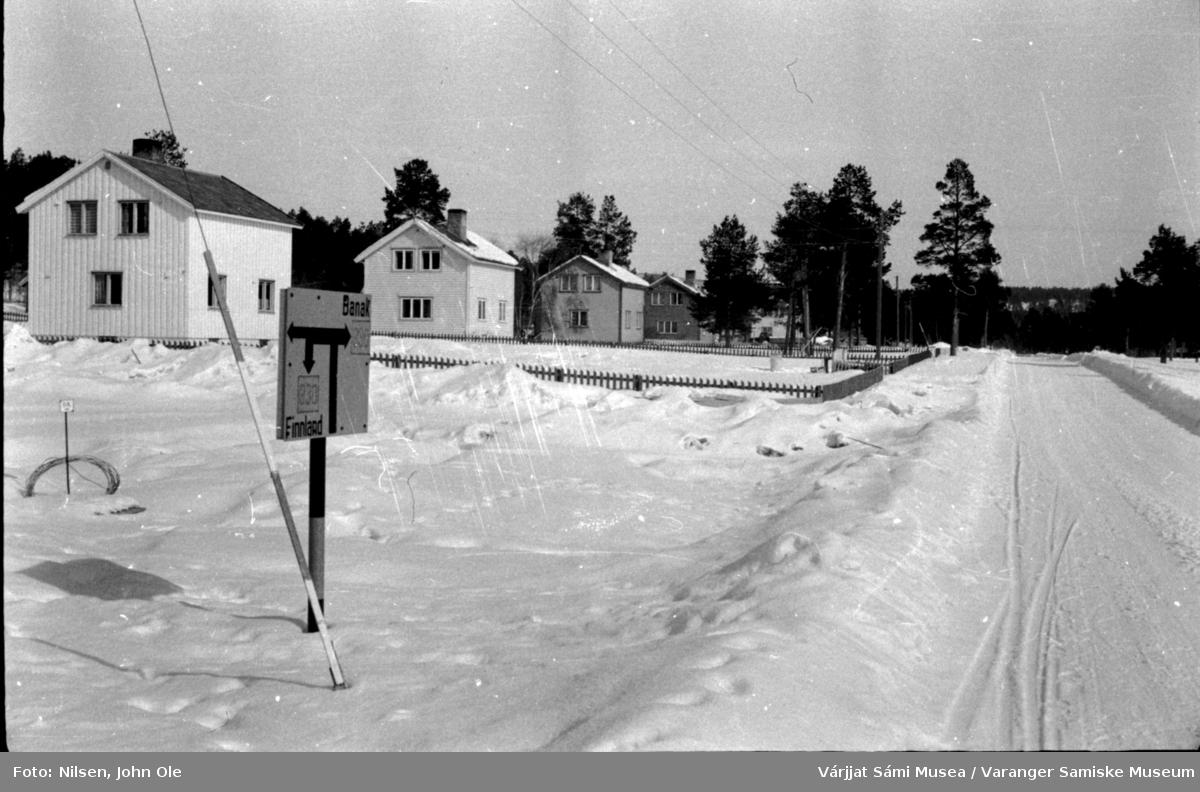 Hus ved veien i Karasjok, retning Lakselv. På skiltet til venstre står det Banak og Finland. 1966.