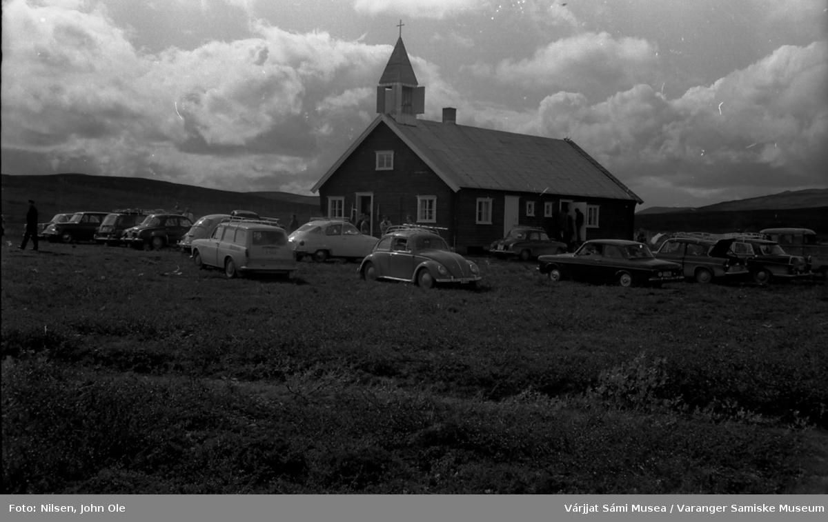 Biler parkert utenfor Sennalandet kapell også kalt Duoddar Sion (Viddas Sion). Sannsynligvis i forbindelse med gudstjeneste. 10. juli 1966.