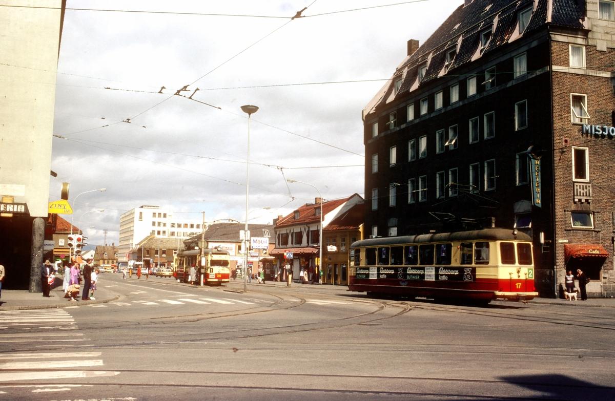 Prinsenkrysset i Trondheim. Misjonshotellet og sporvogner. Trondheim Trafikkselskap vogner 25 og 17. Misjonshotellet var hovedkvarter for Gestapo i Trondheim under andre verdenskrig.