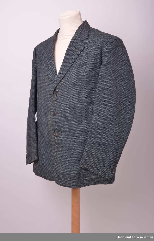 17df04d3 Dress, mann. Peritarutet gråmelert/svart ullstoff. Jakkefór av mørkegrå  kustsilke. a