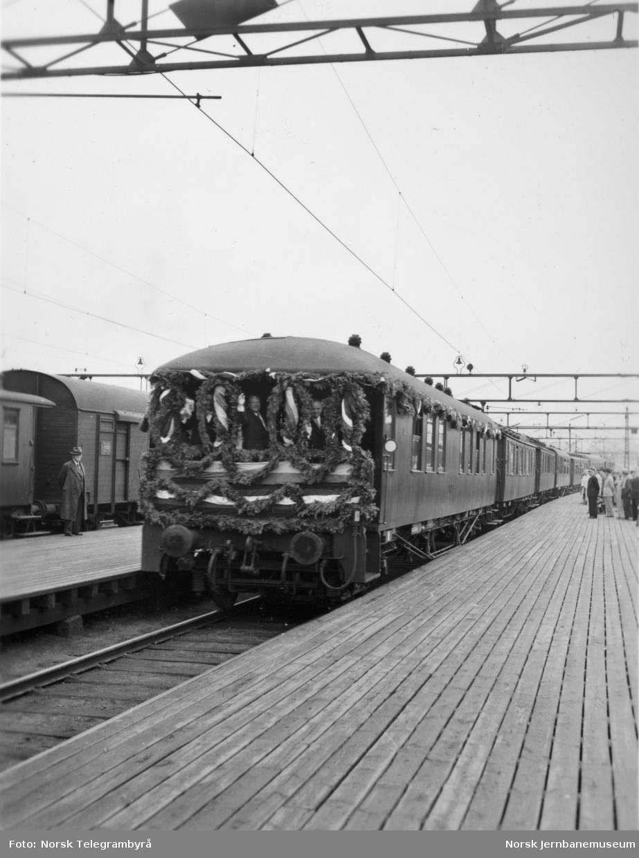 Kongsvingerbanens elektrifisering - vogn 118 bakerst i åpningstoget