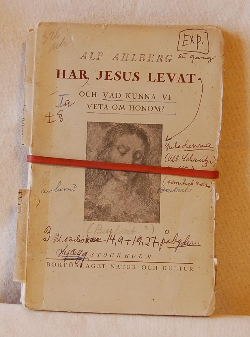 Filosofen Peter Wessel Zapffe og hans kone Berit testamenterte sin eiendom på Båstad i Asker til Universitetet i Oslo. Da det ble besluttet å selge eiendommen i 2009 ble deler av P.W. Zapffes arbeidsrom og andre eiendeler overlatt til Asker Museum. Denne samlingen inngår nå som en permanent utstilling på museet. Permen og sidene er løsnet fra hverandre, og boken holdes sammen med en rød gummistrikk (B)