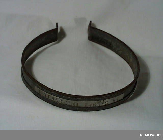 Form: Rund med 2 endar som kneppast saman til ein slags lås