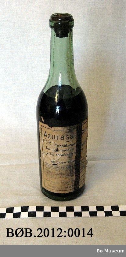 Flaske med kork. Botn er innhol med ei kule i midten.