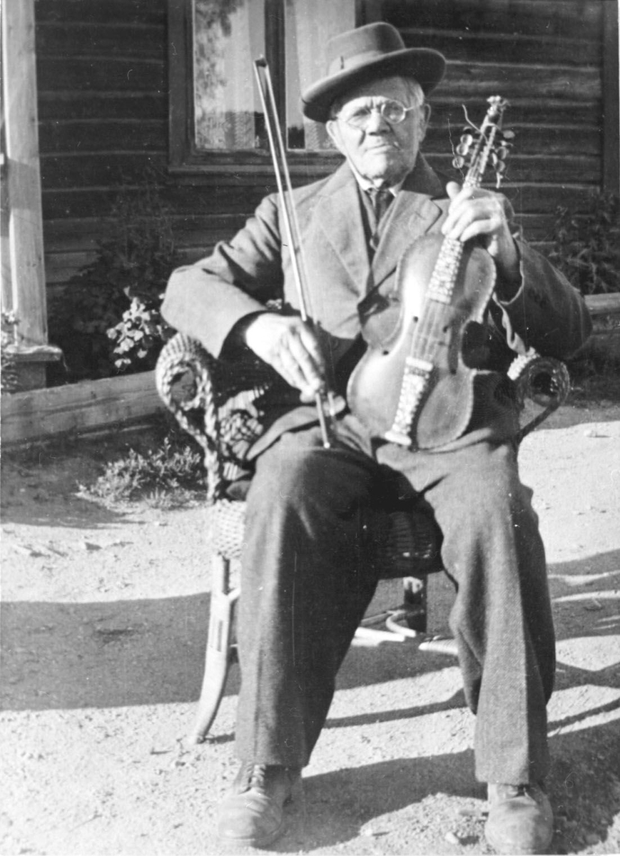 Gunnar Helland d.e. med hardingfele