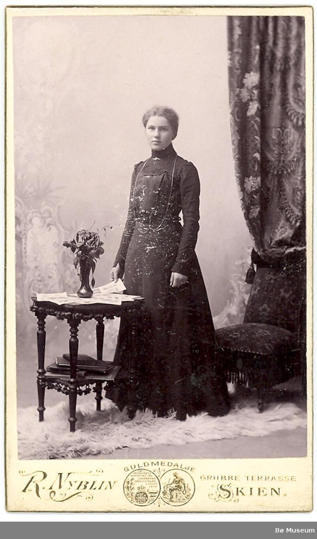 Yngre kvinne i kjole i fotoatelier: Tora Torstensen Odden fra Skien/Sauherad