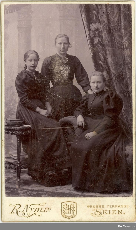 3 kvinner heilfigur, 2 med bykjole