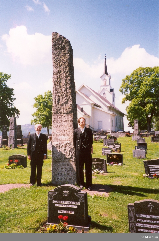 Knut Dale og Harald Lønnestad ved Fykerudbautaen