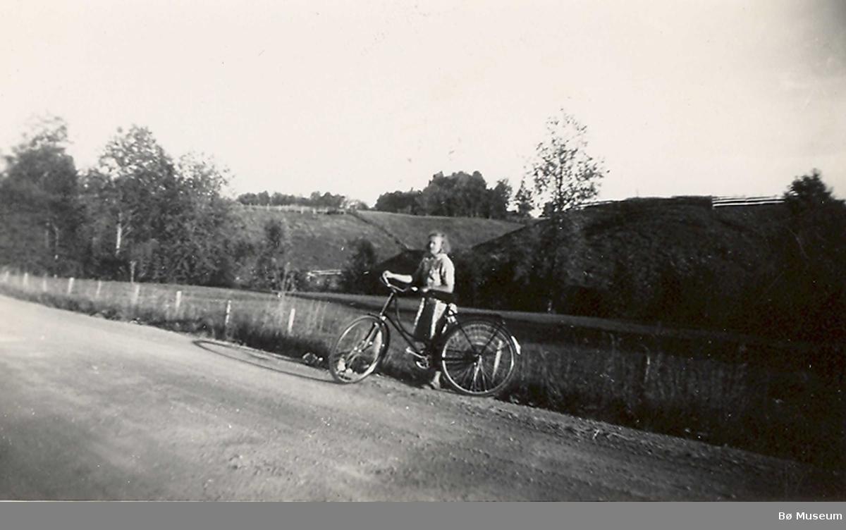 Syklist ved Nes kyrkje  - Ingeborg  R. Odden