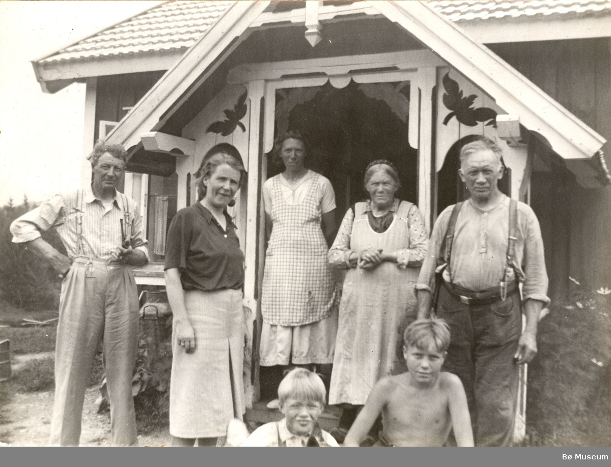 Familiegruppe utanfor stugo i Liabakken.