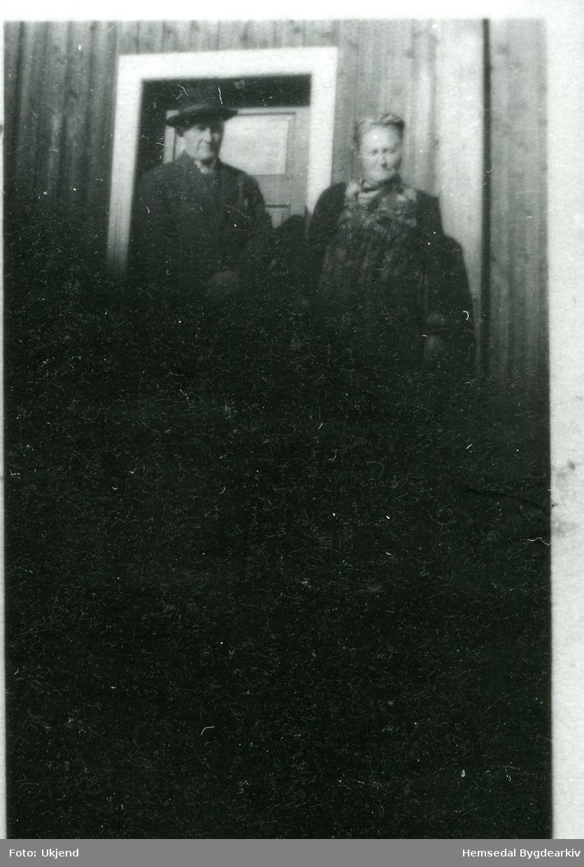 På stovetrappa (stuggutrøppe, dialekt) står Lars Eikre (1866-1958) og kona Margit, fødd Grøthe (1879-1956).