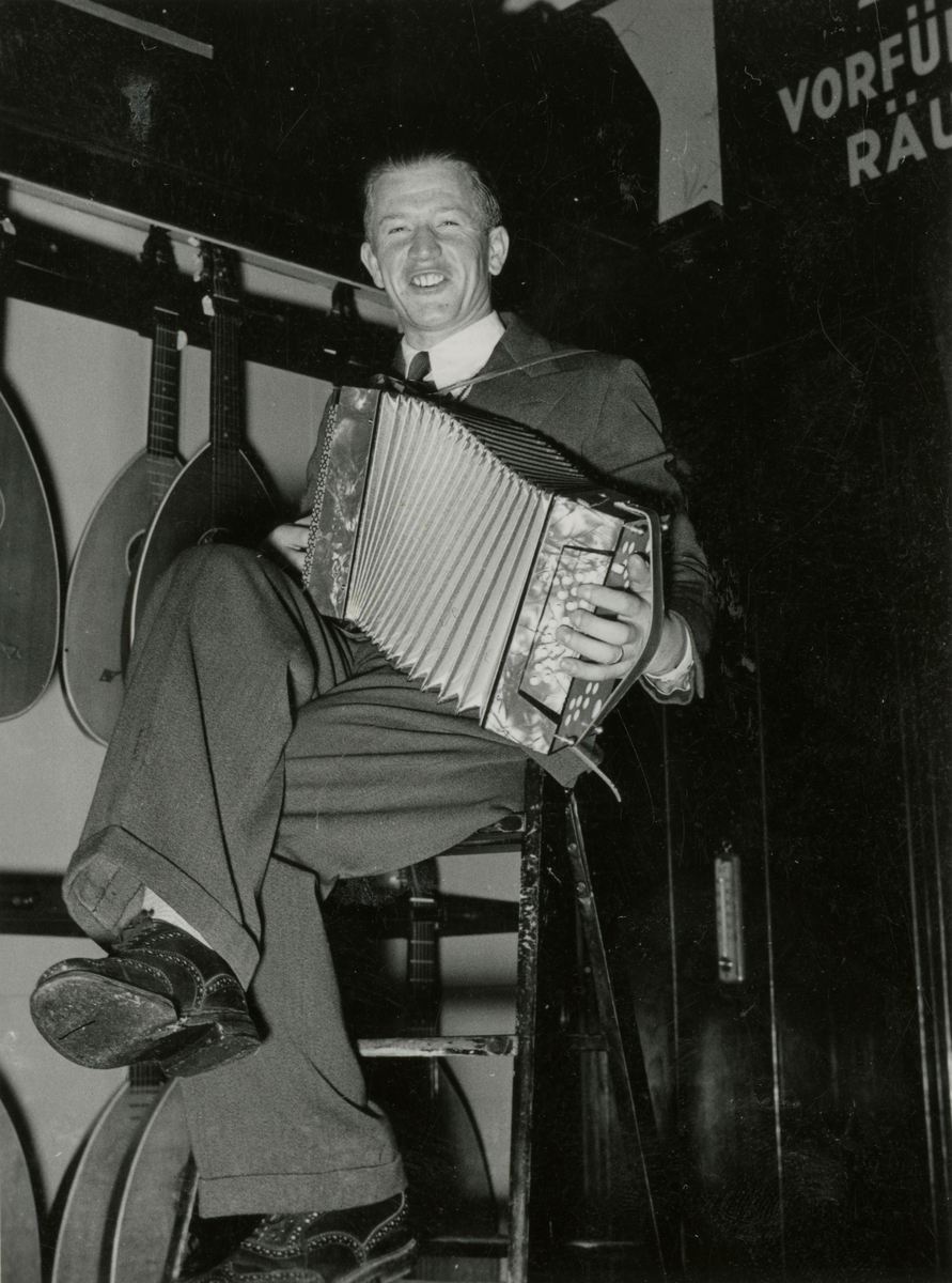 Athlete Birger Ruud with accordion in Berlin