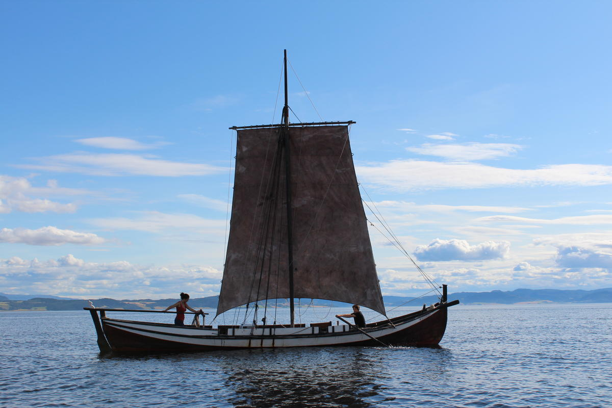 Åfjordsbåt. Læstabåt, 32-38 ft. This one is sqare rigged with a main sail and a topsail. (The topsail is not in use in the picture, but you can see the high mast). (Foto/Photo)