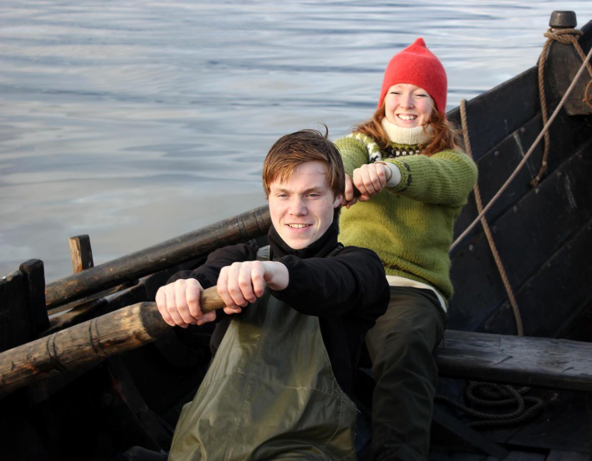 """På slike båter er det en fordel å ro """"mann i år"""", en person på hver åre.  Fra seilkurs på Museet Kystens Arv. (Foto/Photo)"""