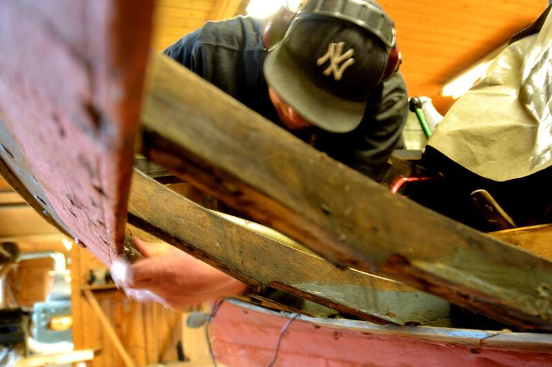 Bytting av bord på vengbåten skarven. (Foto/Photo)