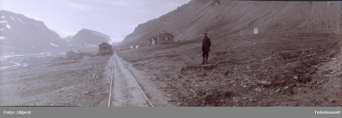 Heftyes reise til Svalbard og Ingø.  Longyearbyen, hovedgaten, med Larsbreen og Kistefjell i bakgrunnen 25.07.1911.