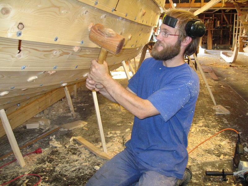 Børsabåten Eivind under bygging. Bordene er klinket sammen med jernsaum, og band og beter er festet med treplugger som kiles fast.