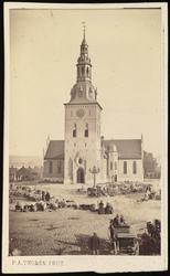 Bilde av Oslo Domkirke sett fra Stortorget, som er fullt av