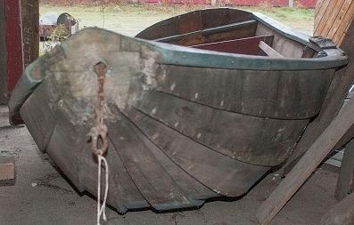 Holmsbupram i tre. Klinkbygd med spant - furu. Fire bordganger + bunnplanke.  Båten ble skadet i akterenden ved første spengning for bolig/museumsprosjektet i Vollen.