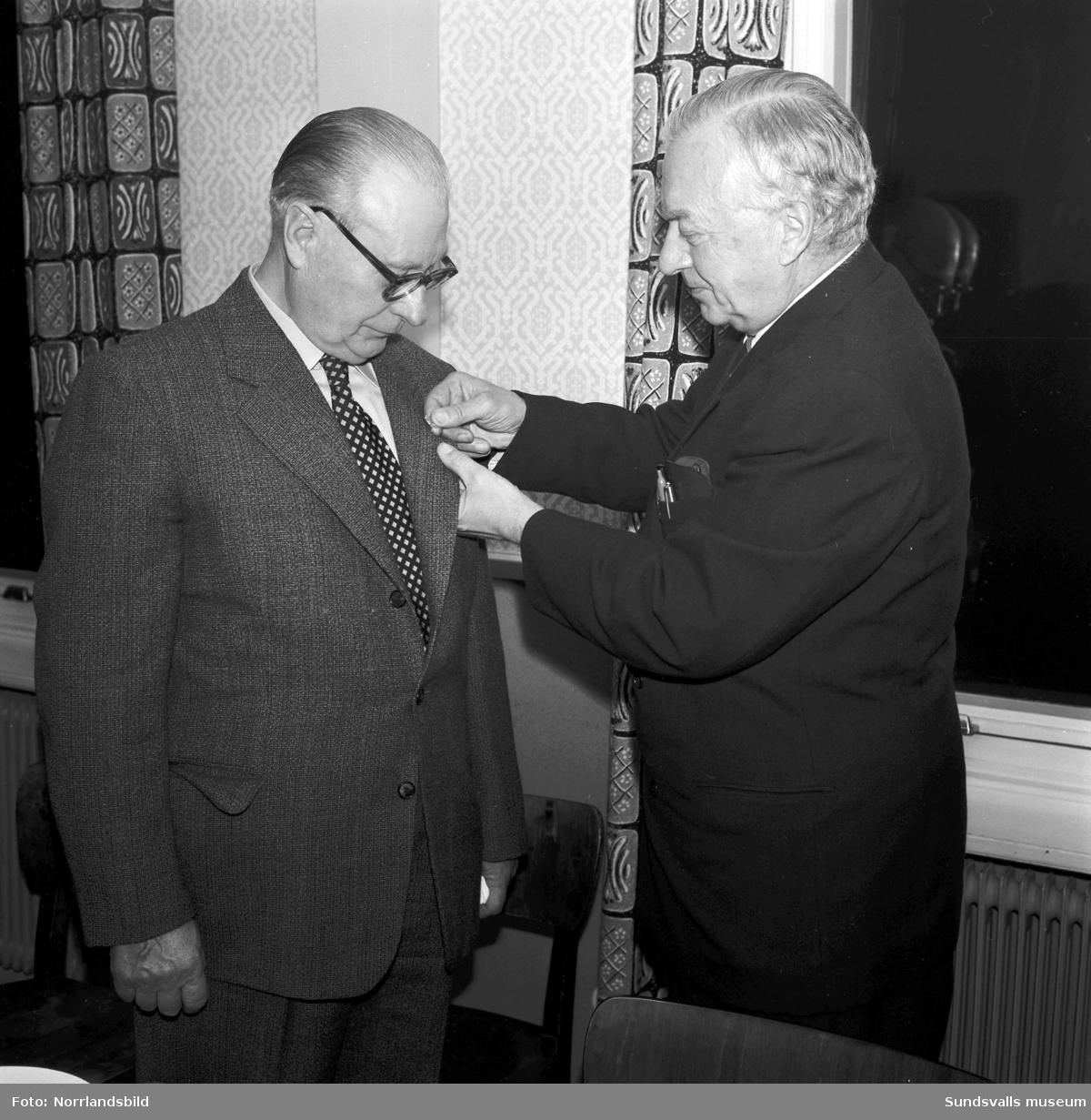 En veteran vid Svartviksfabriken hyllas med en medalj.