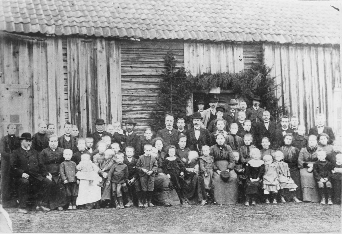 Gruppebilde fra Anders Berger Hellesjøs begravelse.