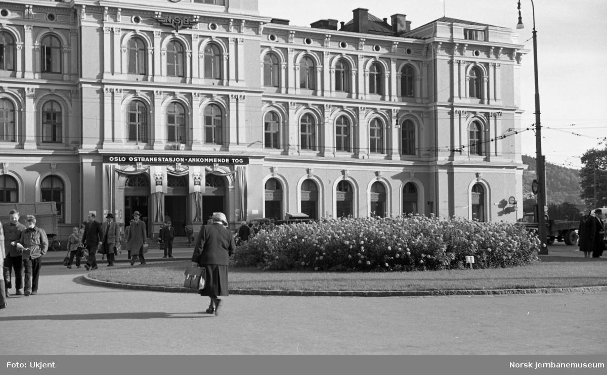 Oslo Ø pyntet i forbindelse med jernbanens 100 års-jubileum i 1954