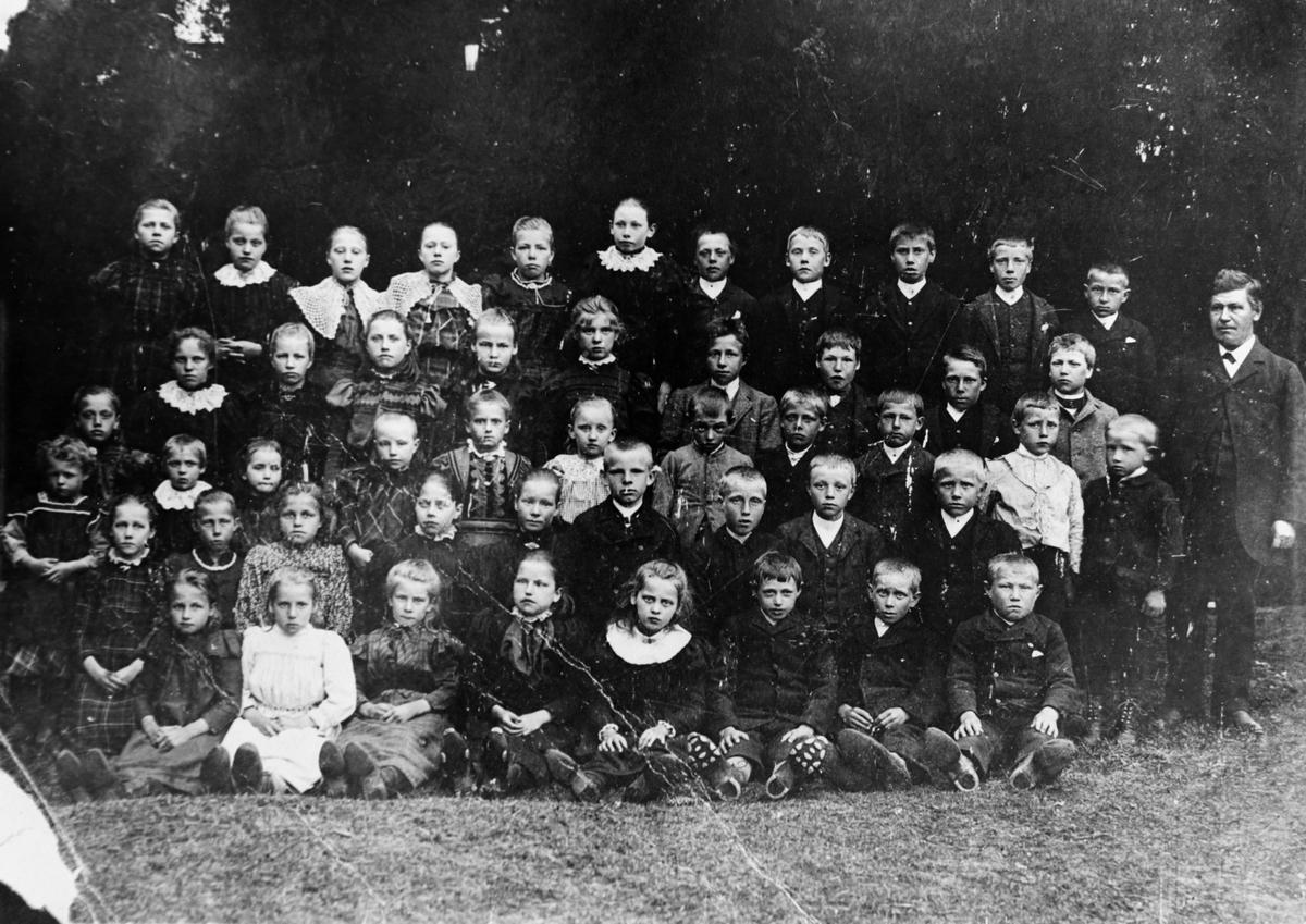 Gruppebilde fra Østby skole i S. Høland, ca. 1900
