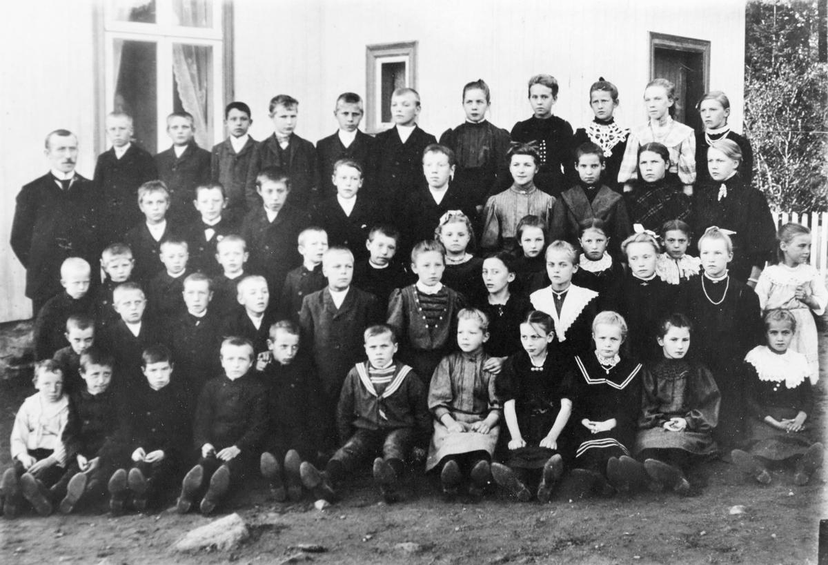 Skolebilde fra Mørk i Søndre Høland 1908