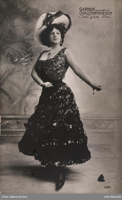 """portrett, kvinne, skuespillerinne, sangerinne, rollebilde, tittelrollen i """"Den glade enke"""", stående helfigur, kostyme"""