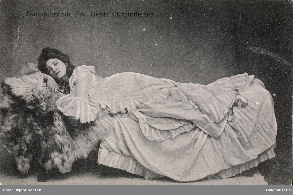 """portrett, kvinne, skuespillerinne, sangerinne, rollebilde, Hanna Glawari i """"Den glade enke"""", liggende helfigur, kostyme"""