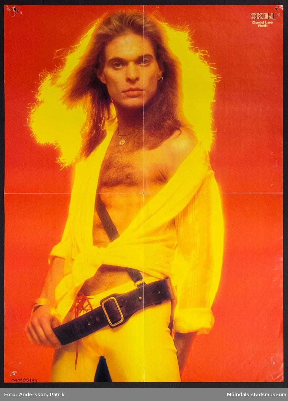 Poster från tidningen Okej, Nr. 15 1984, pris 10,75 kr.  Postern är dubbelsidig. På ena sidan av postern finns: David Lee Roth, som är en amerikansk musiker och sångare. Han är mest känd för att ha varit sångaren i hårdrocksbandet Van Halen mellan 1978-1985.  På andra sidan av postern finns: Bruce Boxleitner, i sin roll Luke Macahan i den amerikanska TV-serien Familjen Macahan. TV-serien började sändas första gången i Sverige i september 1978 och var mycket populär under 1980-talet. Sedan dess har serien gått i repris flera gånger.  Tidningen Okej var en poptidning som gavs ut första gången 1980. Den gjorde succé under 1980-talet och räknas som Sveriges största poptidning. Det som gjorde tidningen speciell var blandningen mellan hårdrock och svensk popmusik. Både killar och tjejer läste tidningen. Sista nummret av tidningen Okej gavs ut 2010.