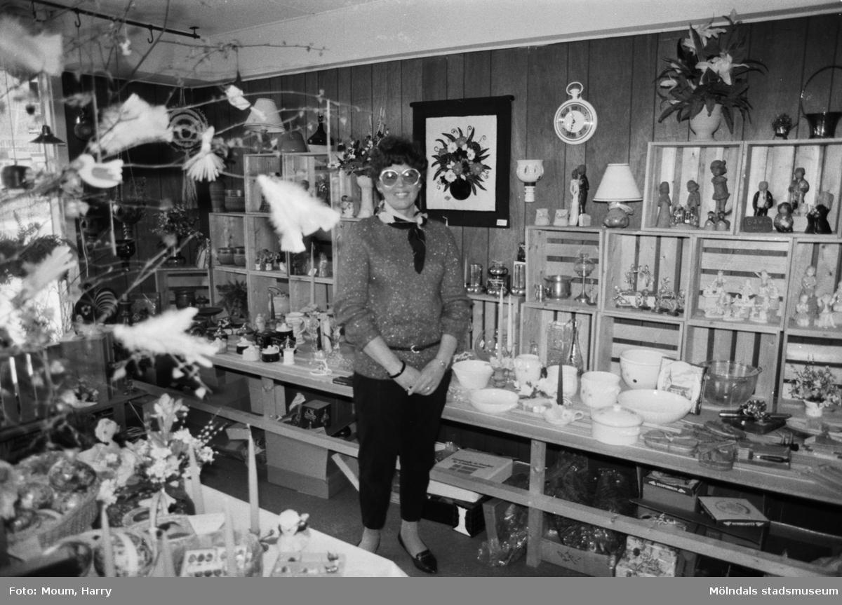 """Eivor Andersson i sin presentaffär vid Sagbrovägen i Lindome, år 1984. """"Eivors i Lindome kan nu fira 5-årsjubileum.""""  För mer information om bilden se under tilläggsinformation."""