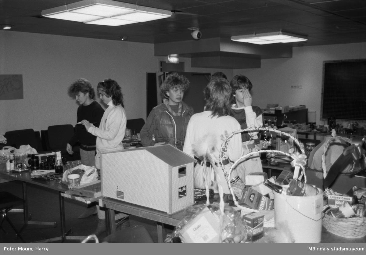 Klass 8A vid Ekenskolan i Kållered anordnar basar, år 1984.  För mer information om bilden se under tilläggsinformation.