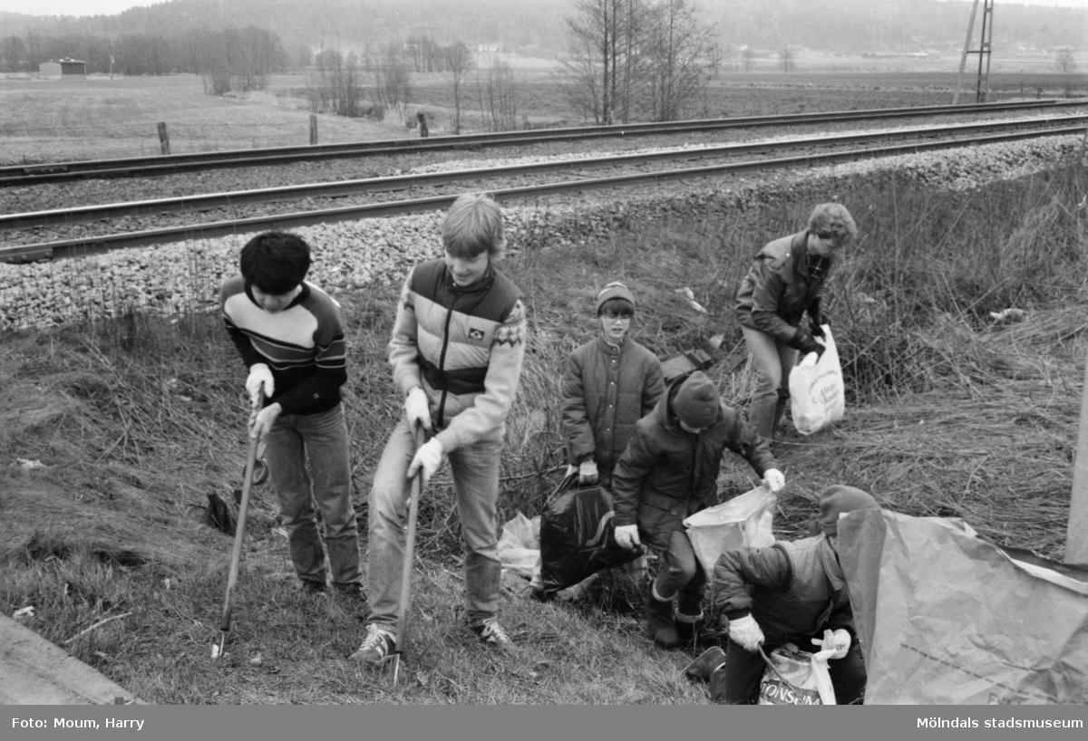 """Annestorpsdalens scoutkår städar i Lindome centrum med angränsande områden, år 1984. """"Annestorps Scoutkår gjorde en fin insats när man städade i Lindome.""""  För mer information om bilden se under tilläggsinformation."""