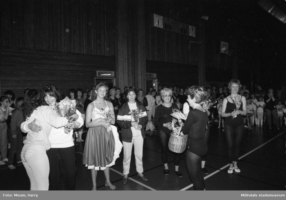 Kållereds Gymnastikförening har uppvisning i Ekenhallen i Kållered, år 1984. Utdelning av blommor.  För mer information om bilden se under tilläggsinformation.