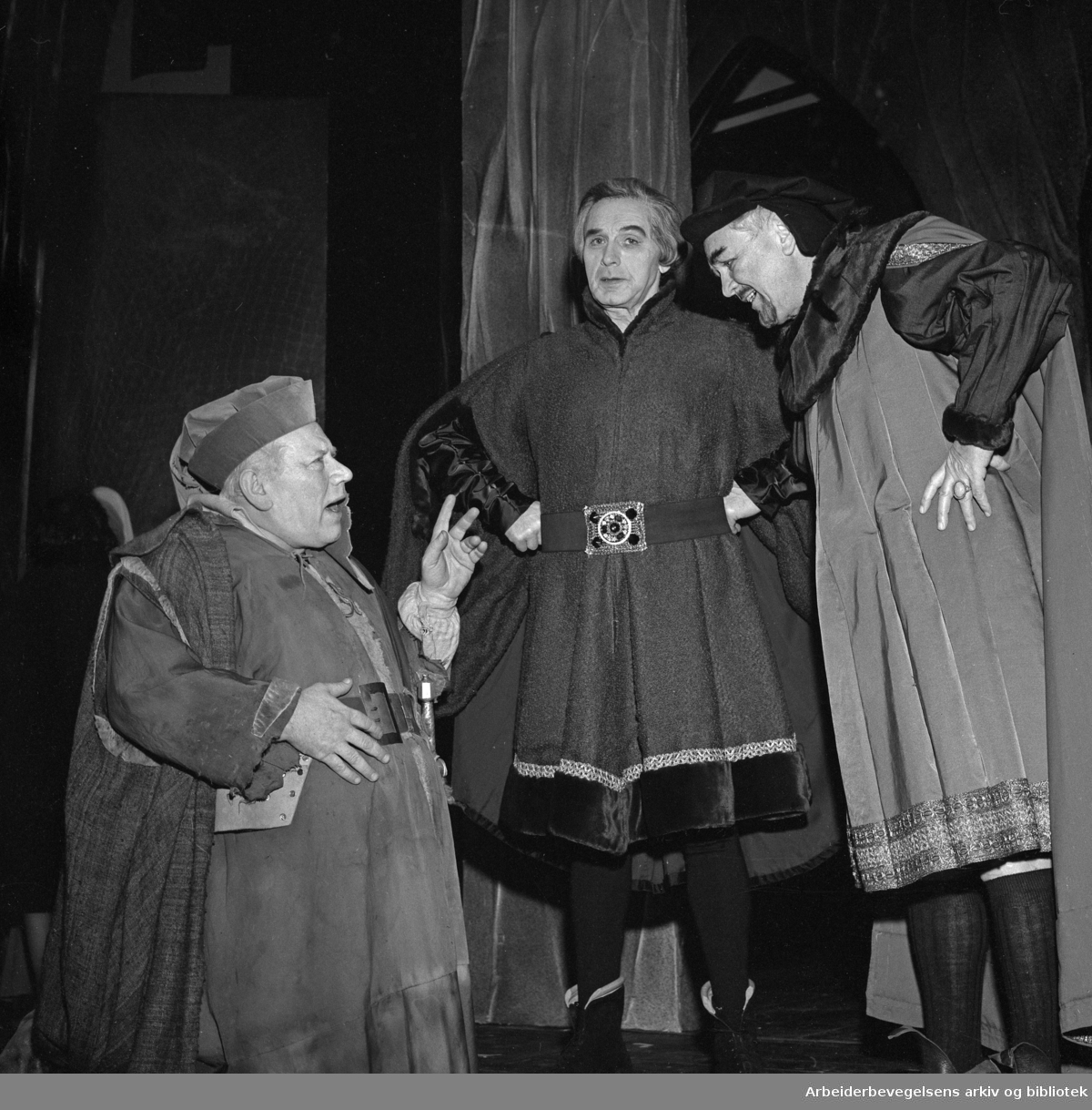 OSLO NYE TEATER. Henrik IV, av William Shakespeare..Premiere: 01.04.1965..Claes Gill som sir Falstaff. (til venstre)