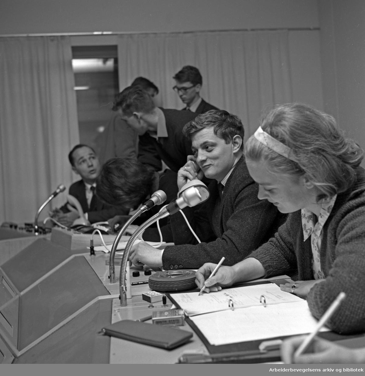 Johnny Bergh. 1934 - 2014..Tv-produsent, manusforfatter og regissør..I kontrollrommet med Kari Neegaard (Diesen d. y.) og ukjente..Udatert.