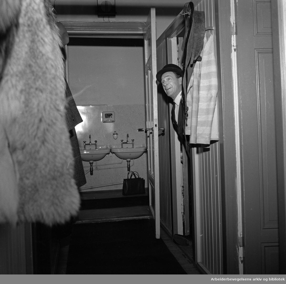 Nationaltheatret bak kulissene. .Serie med fotografier fra tekniske avdelinger, malersal, snekkerverksted, kostymeavdeling etc. .Skuespiller Arne Bang-Hansen..1964 og 1965.