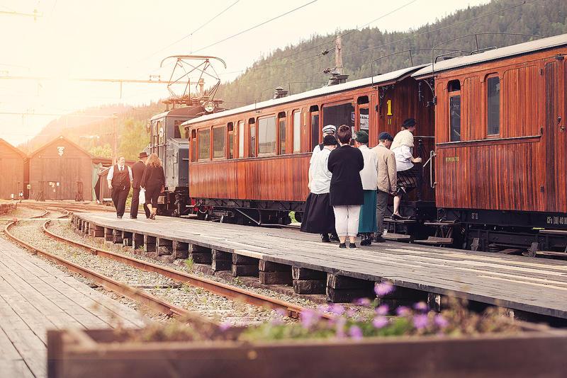 Passasjerer på første klasse går ombord på Løkken stasjon