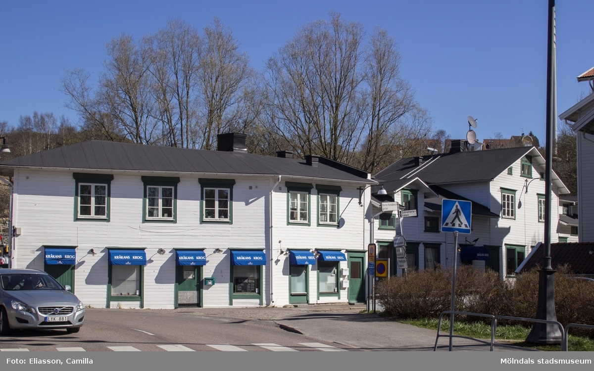 I husen längst ner i Götaforsliden var tidgare en affärslänga med många små butiker. Nu håller Kråkans krog till i hela bottenvåningen.