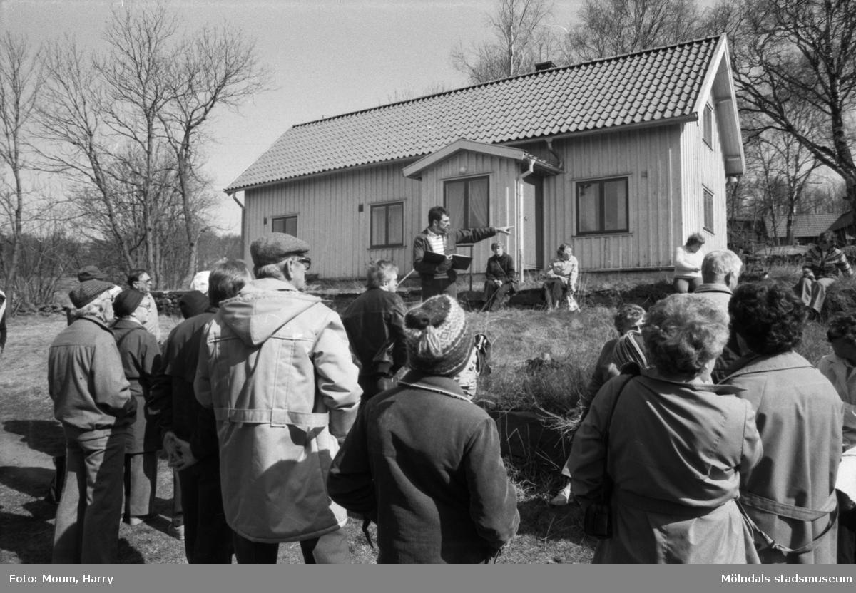Kållereds hembygdsgille anordnar sockenvandring i området vid Kållereds kyrka, år 1984. Hembygdsgillet vid klockargården i Backered.  För mer information om bilden se under tilläggsinformation.