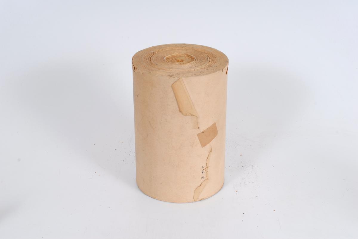Form: sylinderformet, papir rundt en kjerne av tre