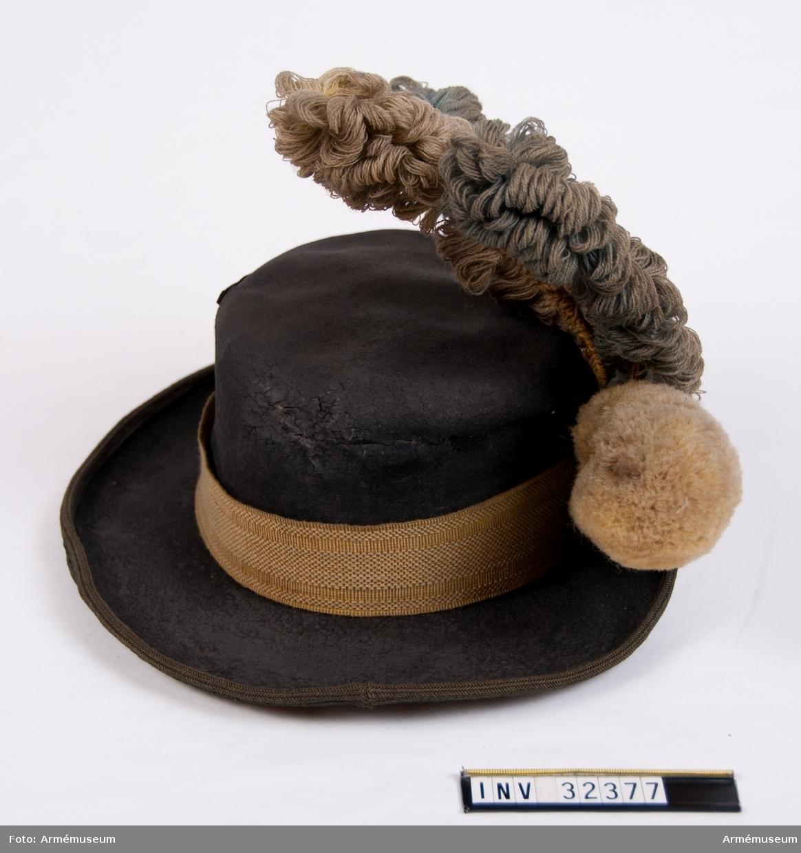 Grupp C I. Ur uniform för manskap vid Livregementet till häst. 1781-95. Består av kyller, byxor, hatt, plym, halsduk, harnesk, stövlar,  sporrar, sporrkappa, kartusch, rem t kartusch, gehäng t värja,  handrem, karbinrem, handskar. Hatten är ett köp. PUBL  AMV Meddelande XVI, sidan 21.