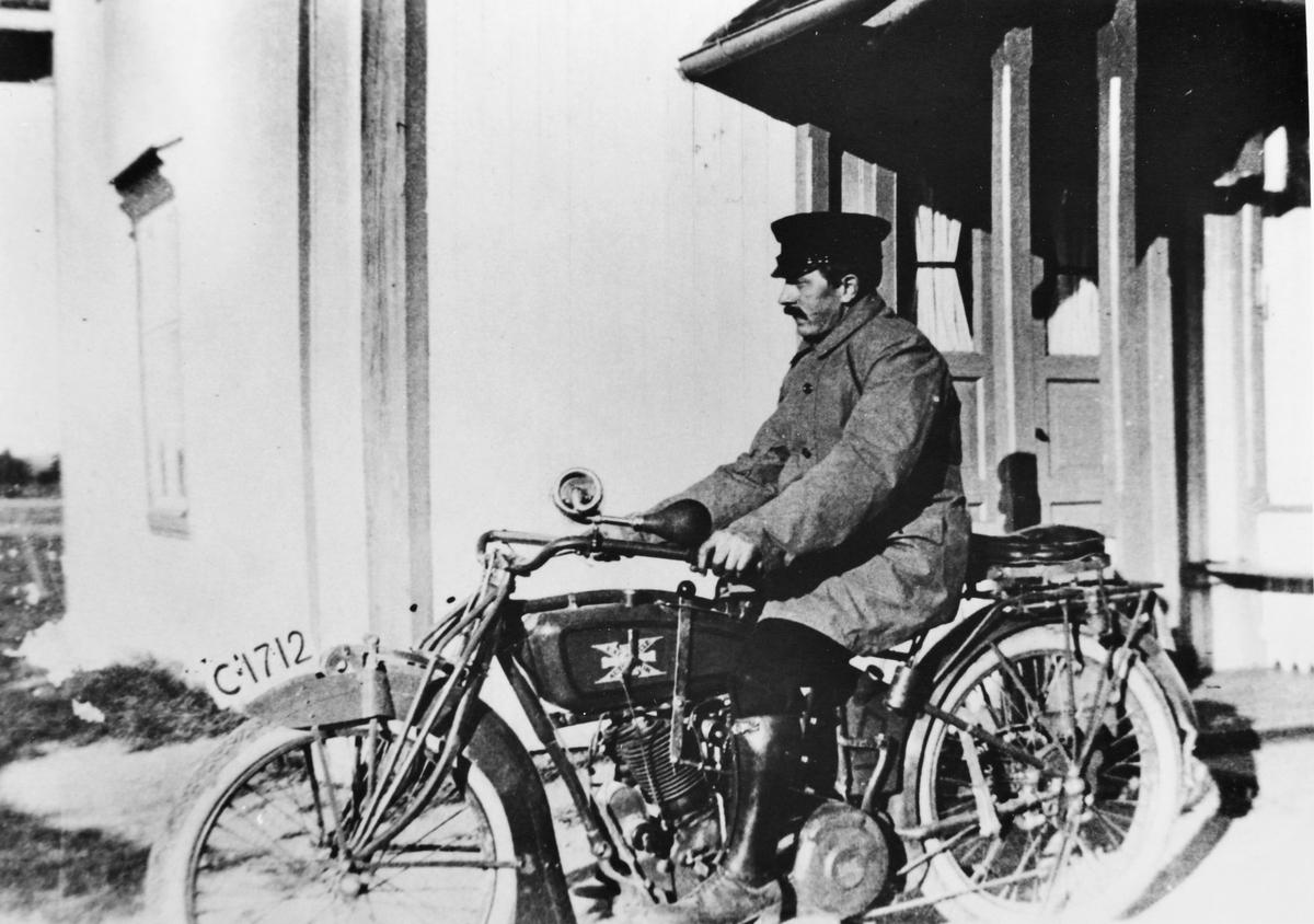Anton Slora på sin motorsykkel C-1712 fra 1919.