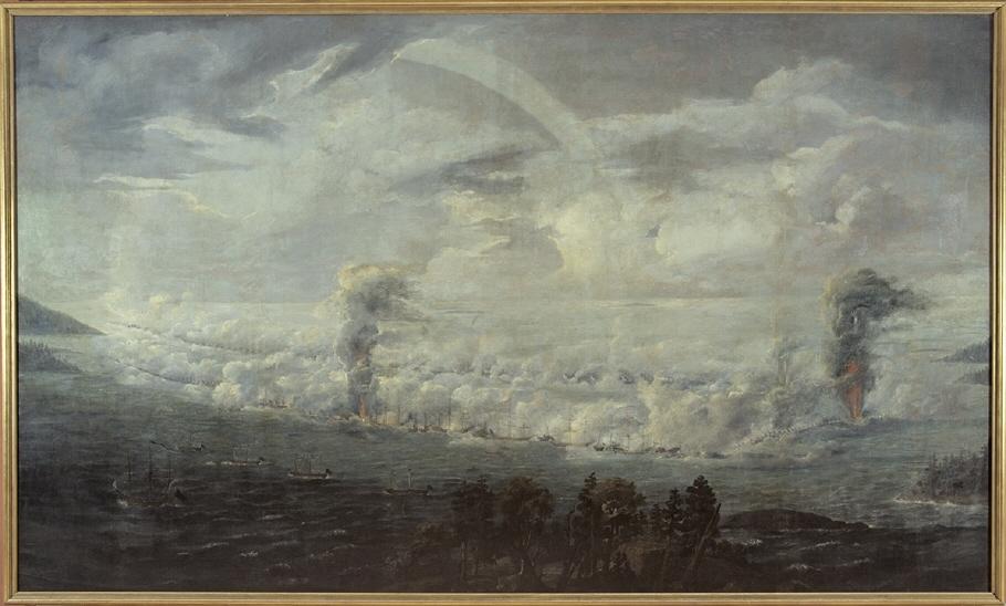 I förgrunden strand med barrträd. På havet ses svenska och ryska flottorna under kanonad ligga mot varandra i halvcirkel. Två eller tre fartyg explodera med starka röda eldslågor. Till höger och vänster uddar. Ljus blågrön, delvis molnig himmel med regnbåge.