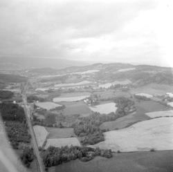Flyfoto, Utsikt vestover Rudshøgda. Gården Simenstad i høyre