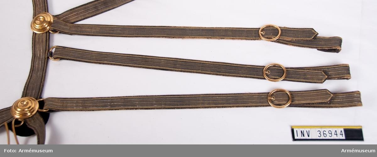 Grupp C I. Ur uniform för officer vid Västgöta linjedragonregemente. 1806-11.Består av mössa, vapenplåt, kordong, jacka, ridbyxor, halsduk, kartusch, rem, sabelkoppel, handrem, taska, remmar, epåletter, skärp, kraghandskar, stövlar, sporrar.
