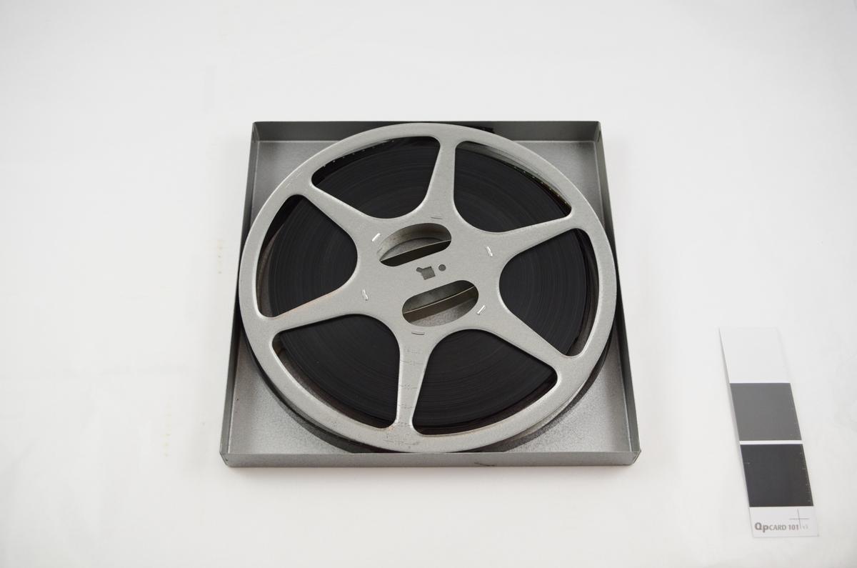 Filmrull i eske. Film på metallspole. Kvadratisk metalletui i to løse deler: bunn og lokk.