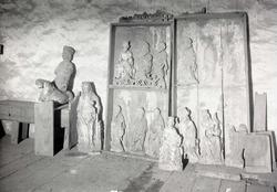 Altarskåp med figurer i Misterhults kyrka.
